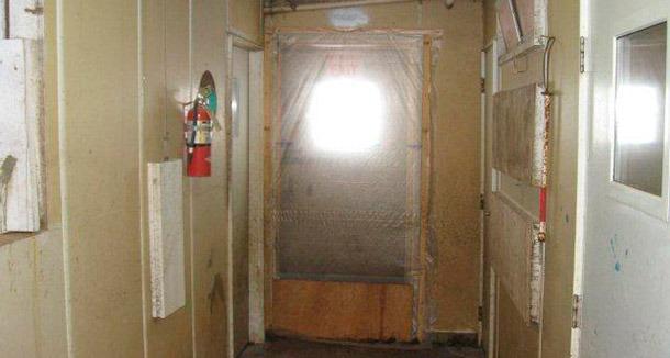 Esempio di porta sigillata che previene l'entrata d'aria indesiderata e pratica per la movimentazione del personale tra zona pulita e zona sporca.