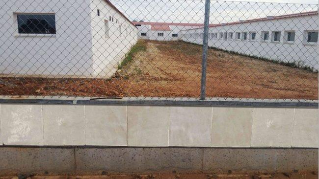Foto 1:Esempio di recinzione costruita con piastrelle lisce per impedire l'accesso ai roditori.