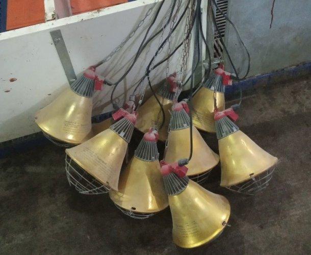 Foto 2: Lampade per sale parto stoccate in maniera sbagliata tra lotti, il che aumenta il rischio di danni alle lampade ad infrarossi ed ai fili elettrici (foto cortesia diDanAg International, China)