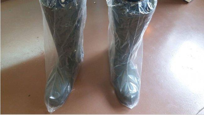 Foto 1. Gli stivali di plastica aiutano a prevenire la contaminazione incrociata attraverso le scarpe