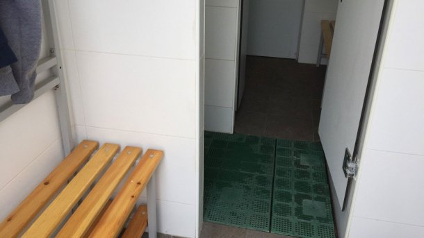 Foto 5. Separazione fisica delle zone mediante una linea della doccia. Foto cortesia diJordi Balp.
