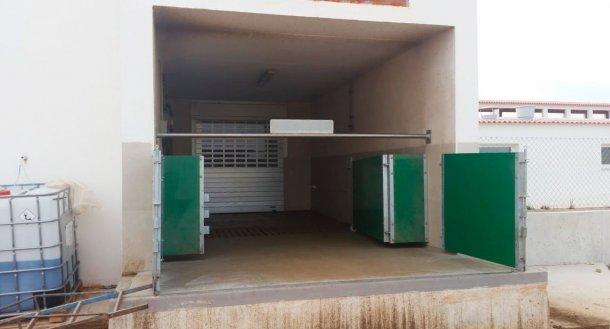 Punto di carico semi-chiuso con porte e sbarre orizzontali per separare fisicamente la zona pulita-zona sporca. Cortesia Agropecuaria Los Girasoles, Spagna.