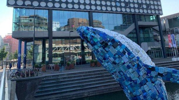 """""""La balena"""" è un'installazione realizzata con 5 tonnellate di rifiuti di plastica raccolti sulle spiagge delle Hawaii che si possono vedere di fronte al Tivoli Vredenburg, a Utrech."""